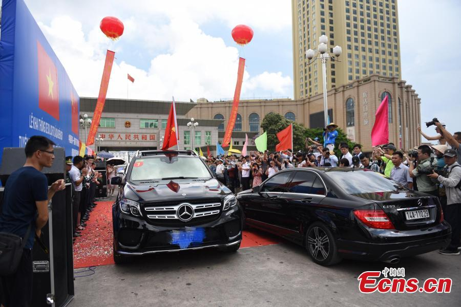 Photo taken on June 1, 2018 shows the launch ceremony for the Guilin-Ha Long City self-driving tourism route in Dongxing, South China's Guangxi Zhuang Autonomous Region. Forty-eight cars from China and 18 cars from Vietnam join the five-day trip that will include the Chinese cities Fangchenggang, Qinzhou, Nanning, Laibin, Liuzhou and Guilin as well as the Vietnamese cities Mong Cai and Ha Long. (Photo: China News Service/Chen Yicai)