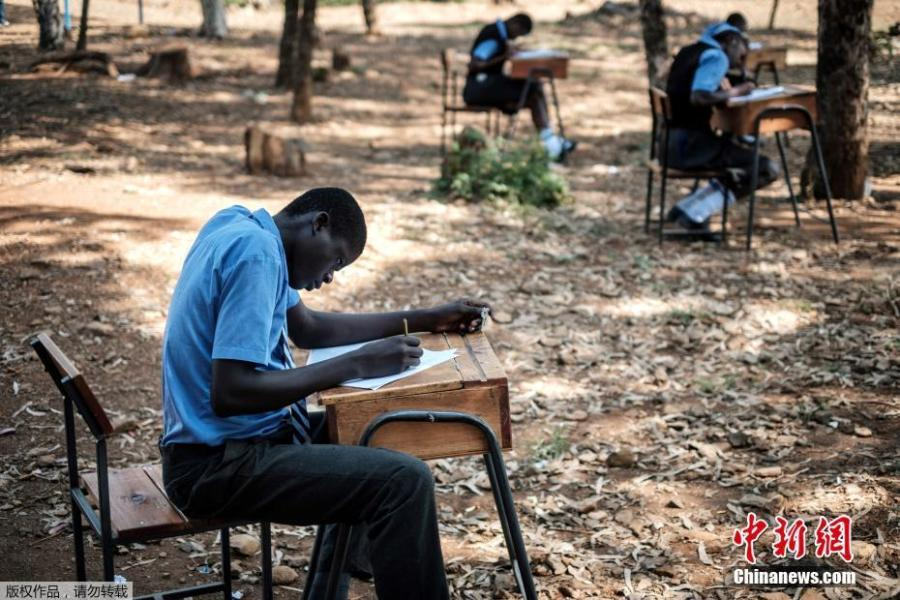 Students take an English language test on an open field at a school in Kisumu, Kenya, May 31, 2018, because the classroom was too crowded to prevent cheating. (Photo/Agencies)