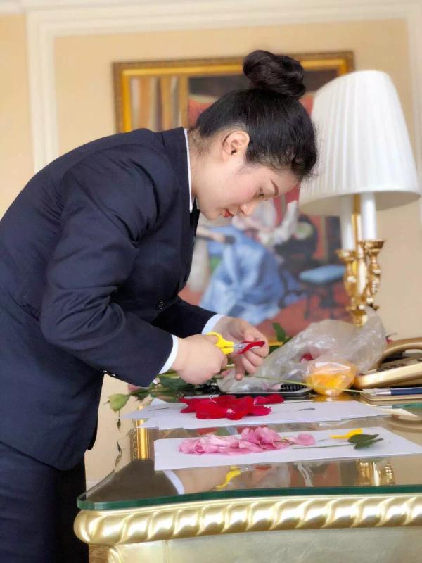 A hotel in Chongqing creates beautiful handmade welcome cards with colorful flower petals. (Photo/chinadaily.com.cn)