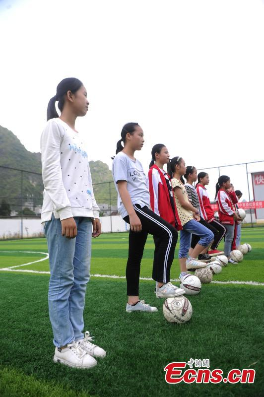 Due to the success of the school\'s boys football team, Liuye Central Elementary School has also established a team for girls. A total 100 out of 800 pupils at the school play football in Dahua Yao Autonomous County, South China's Guangxi Zhuang Autonomous Region. (Photo: China News Service/Jiang Xuelin)