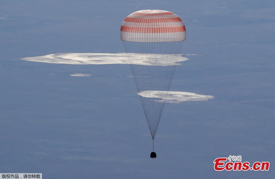 The Soyuz MS-07 capsule carrying the crew of Norishige Kanai of Japan, Anton Shkaplerov of Russia, and Scott Tingle of the U.S. descends beneath a parachute just before landing in a remote area outside the town of Dzhezkazgan, Kazakhstan June 3, 2018.(Photo/Agencies)