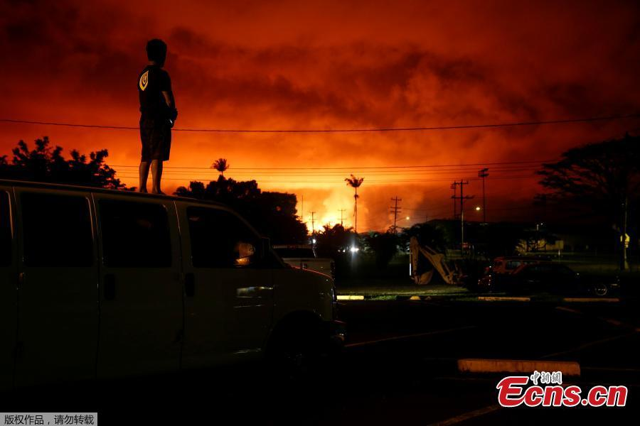 Darryl Sumiki, 52, of Hilo, watches as lava lights up the sky above Pahoa during ongoing eruptions of the Kilauea Volcano in Hawaii, U.S., June 2, 2018. (Photo/Agencies)