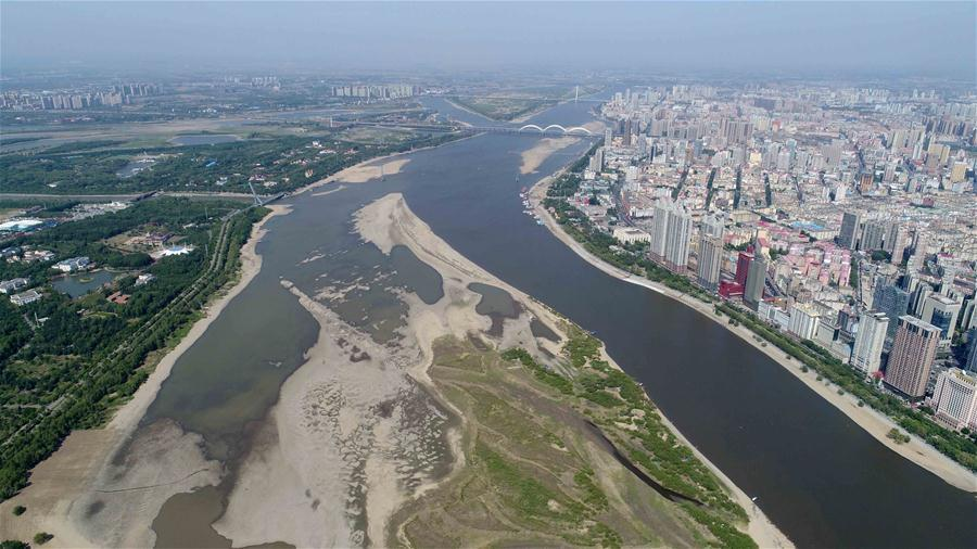 Aerial photo taken on June 2, 2018 shows the exposed riverbed of Songhua River in Harbin, northeast China\'s Heilongjiang Province. The water level of Harbin section of Songhua River reduced to 113.55 meters, the lowest for some 11 years, on May 29. (Xinhua/Wang Kai)