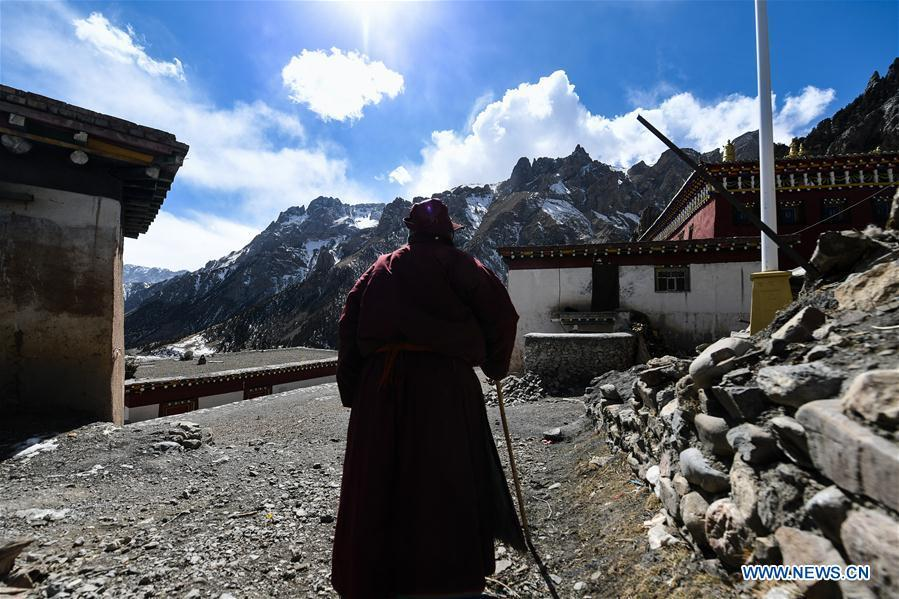 A monk is seen at Dana Temple in Yushu Tibetan Autonomous Prefecture, northwest China\'s Qinghai Province, March 15, 2018. Dana Temple is closely related to the Epic of King Gesar and preserves a number of relevant relics. (Xinhua/Wu Gang)