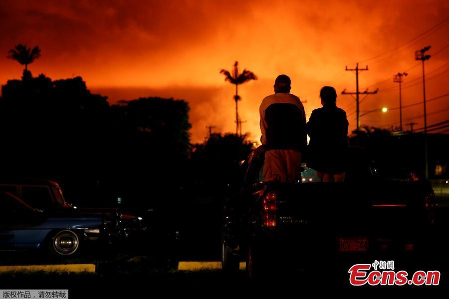 People watch as lava lights up the sky above Pahoa during ongoing eruptions of the Kilauea Volcano in Hawaii, U.S., June 2, 2018. (Photo/Agencies)