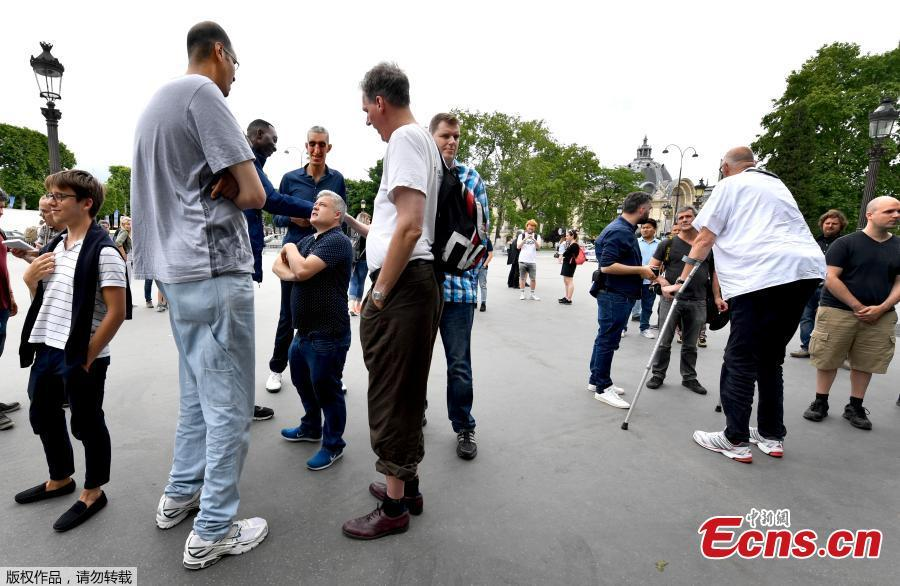 Some of the world\'s tallest men walk on the Champs-Elysees Avenue in Paris, on June 1, 2018, during a meeting of world tallest men. (Photo/Agencies)