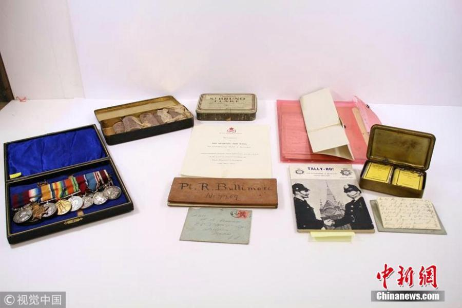 Nine 103-year-old Cadbury chocolate bars have been discovered amongst the mementos of Richard Bullimore, who served with the Royal Leicestershire Regiment of the British Army in World War I. Just one of the 10 bars had been eaten and the tin is expected to fetch more than $2,600 at auction on June 5, 2018. (Photo/VCG)