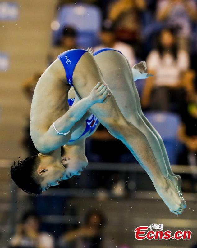 Chinese divers Lian Junjie and Si Yajie compete in the mixed 10-meter synchronized platform at the FINA Diving World Cup in Wuhan City, Central China's Hubei Province, June 4, 2018. Lian and Si won gold with a commanding 353.31-point performance. (Photo: China News Service/Zhang Chang)