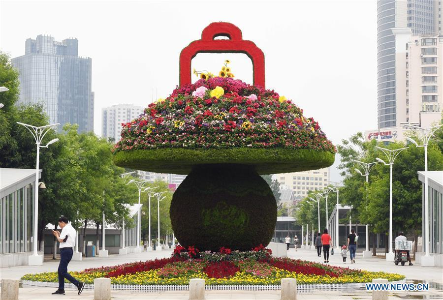 Photo taken on June 4, 2018 shows a flower installation in Qingdao, east China\'s Shandong Province. The 18th Shanghai Cooperation Organization (SCO) Summit is scheduled for June 9 to 10 in Qingdao. (Xinhua/Zhu Zheng)