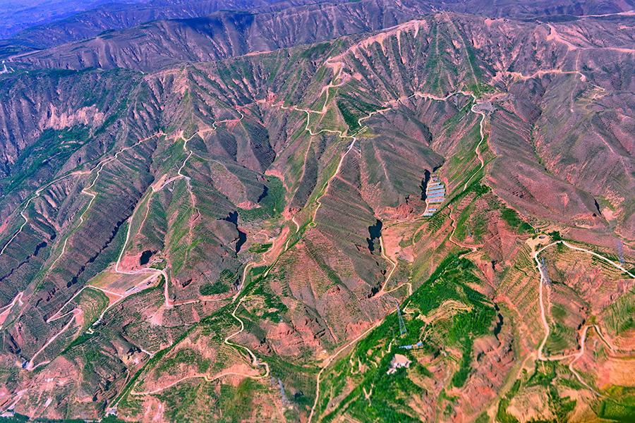 Stunning aerial shots of mountains, grasslands and deserts in Northwest China\'s Qinghai Province. (Photo/China Daily)