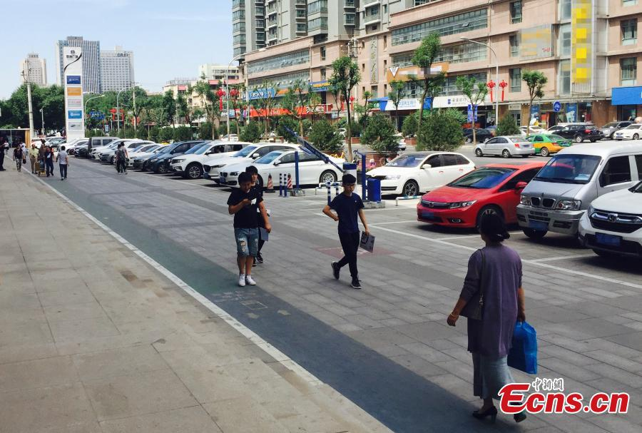A special lane for phubbers who are busy with phones or mobile devices wherever they go has been built in Xi'an, Northwest China's Shaanxi Province. The one-meter-wide lane is said to improve safety for those who constantly lower their heads and gaze into the cellphones, but some citizens frown on the idea. (Photo: China News Service/Chen Ying)