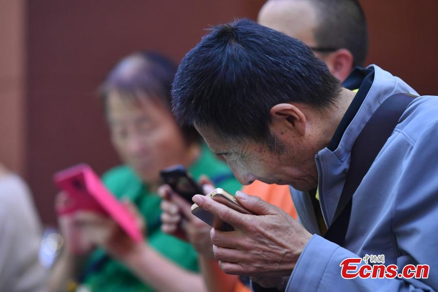 Photo taken on June 5, 2018 shows blind customers enjoying the services at a bookstore, friendly to visually impaired people, in Kunming City, Southwest China's Yunan Province. The bookstore, run by a private company, helps the blind to use smartphones, play games and learn about music. (Photo: China News Service/Ren Dong)