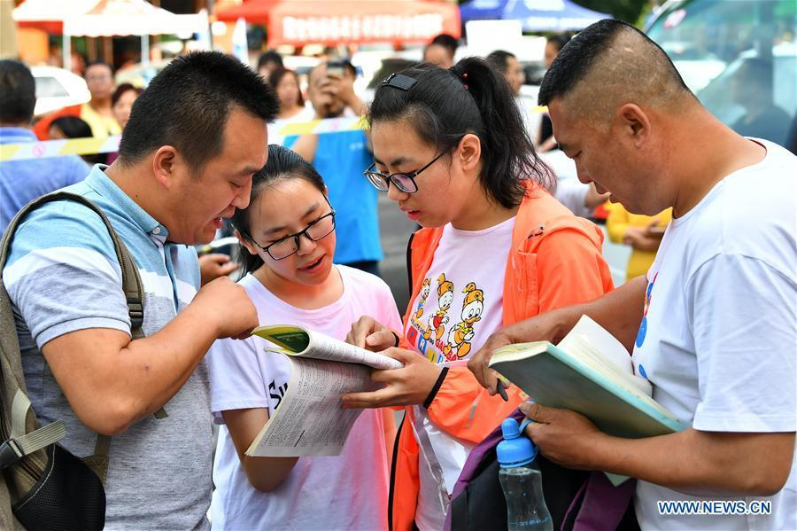 Examinees prepare for the national college entrance examination outside the exam venue at Fenyang High School in Lyuliang City, north China\'s Shanxi Province, June 7, 2018. About 9.75 million students have registered for the national college entrance examination, which takes place from June 7 to 8. (Xinhua/Cao Yang)