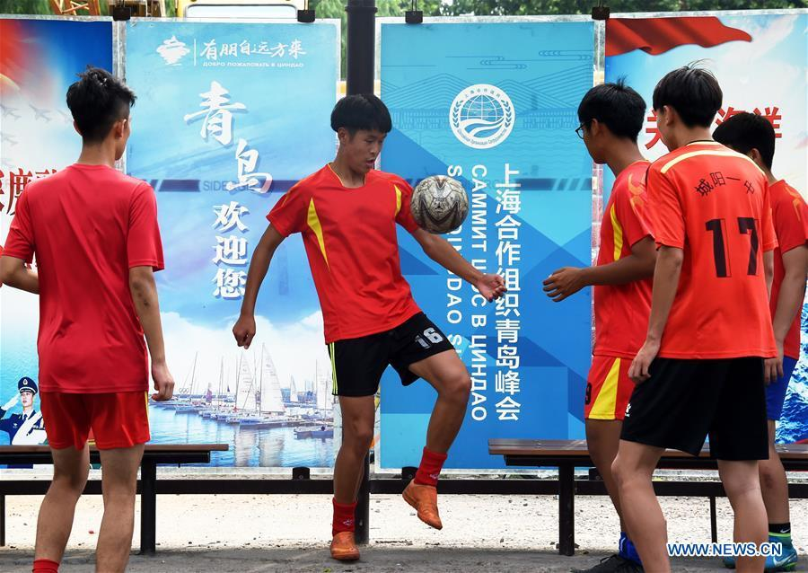 Students of a middle school play football in Qingdao, east China\'s Shandong Province, June 4, 2018. The 18th Shanghai Cooperation Organization (SCO) Summit is scheduled for June 9 to 10 in Qingdao. (Xinhua/Li Ziheng)
