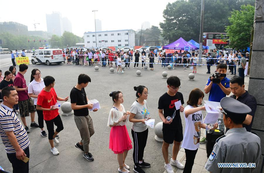 Examinees enter an exam venue in Changchun, northeast China\'s Jilin Province, June 7, 2018. About 9.75 million students have registered for the national college entrance examination, which takes place from June 7 to 8. (Xinhua/Lin Hong)
