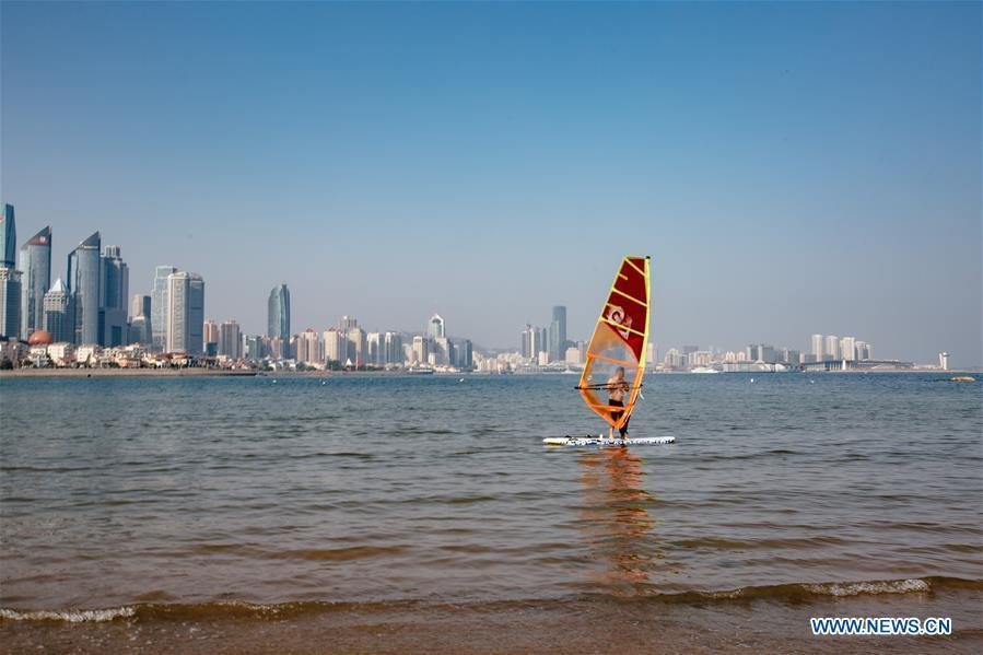A man goes windsurfering in Qingdao, east China\'s Shandong Province, May 4, 2018. The 18th Shanghai Cooperation Organization (SCO) Summit is scheduled for June 9 to 10 in Qingdao. (Xinhua/Zhang Cheng)