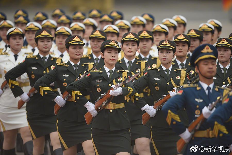 An independent formation of 55 female honor guards of the People\'s Liberation Army makes its debut during a welcome ceremony in Beijing on Wednesday. The female guards, who used to stand with the male honor guards since their debut in 2014, are appearing as an independent formation for the first time. (Photo/Xinhua)