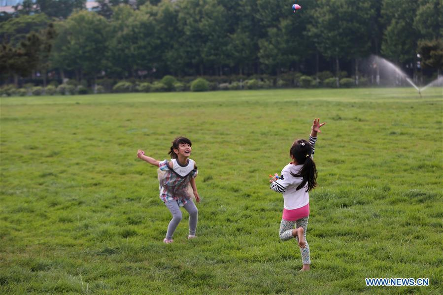 Children play on a square in Qingdao, east China\'s Shandong Province, June 3, 2018. The 18th Shanghai Cooperation Organization (SCO) Summit is scheduled for June 9 to 10 in Qingdao. (Xinhua/Zhang Cheng)