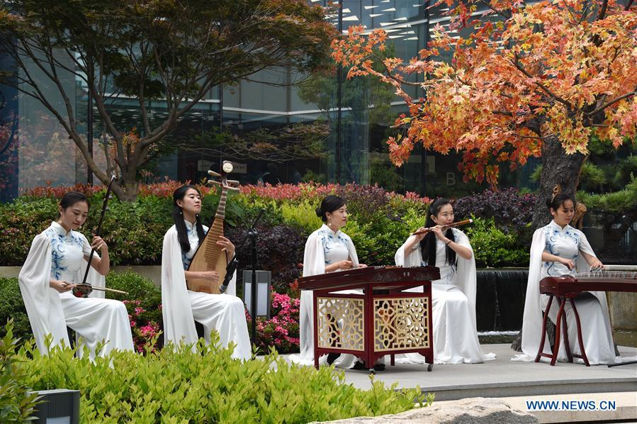 Photo taken on June 6, 2018 shows a folk music performance at the media center for the 18th Shanghai Cooperation Organization (SCO) Summit in Qingdao, east China\'s Shandong Province. (Xinhua/Guo Xulei)