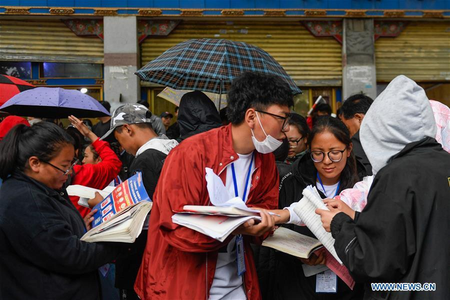 Examinees wait to enter an exam venue at Lhasa Middle School in Lhasa, capital of southwest China\'s Tibet Autonomous Region, June 7, 2018. About 9.75 million students have registered for the national college entrance examination, which takes place from June 7 to 8. (Xinhua/Liu Dongjun)