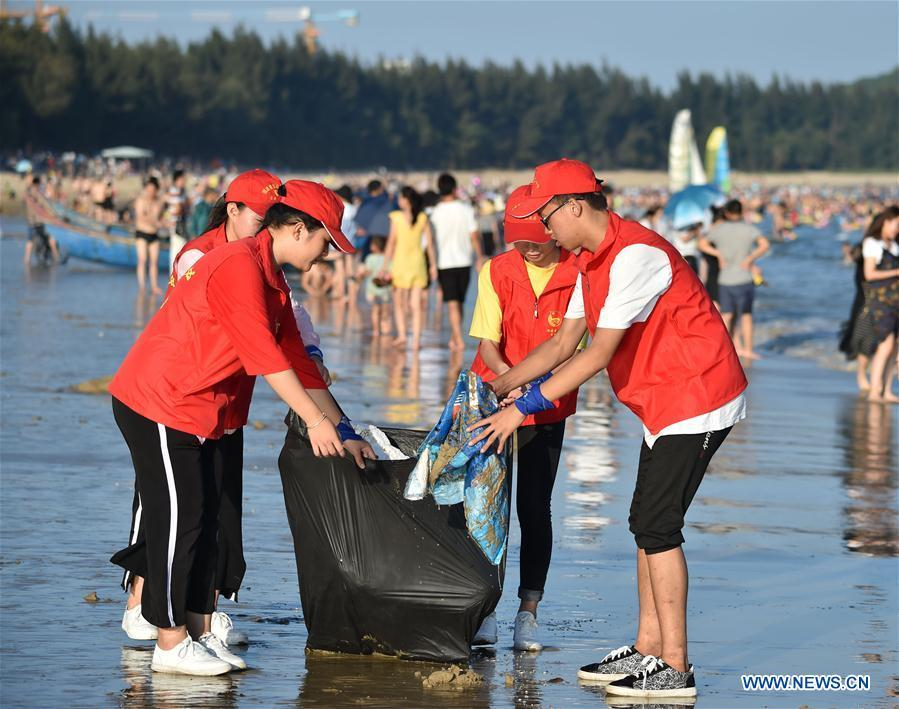 Volunteers clean waste on beach in Dongshan County, southeast China\'s Fujian Province, Oct. 2, 2017. World Oceans Day, a UN-designated day held annually on June 8, aims to arouse people\'s consciousness to preserve oceans on Earth. (Xinhua/Song Weiwei)