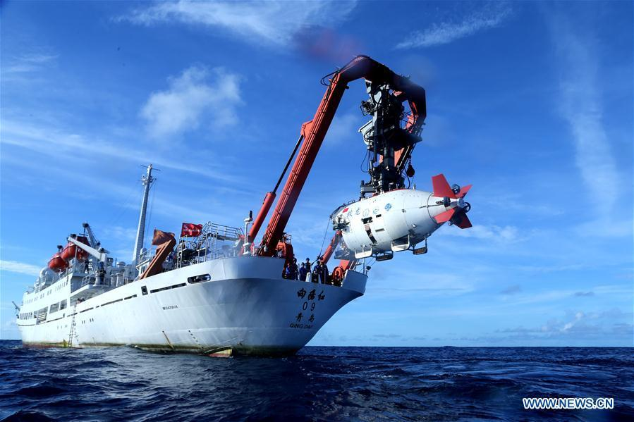 China\'s manned submersible Jiaolong is prepared to dive in the Yap Trench in the west Pacific, June 13, 2017. World Oceans Day, a UN-designated day held annually on June 8, aims to arouse people\'s consciousness to preserve oceans on Earth. (Xinhua/Liu Shiping)