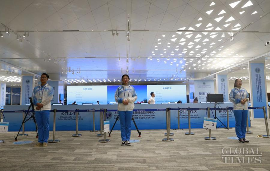 Volunteers stand at attention in the media center for the 18th Shanghai Cooperation Organization Summit in Qingdao, East China\'s Shandong Province, on June 7, 2018. (Photo: Li Hao/GT)