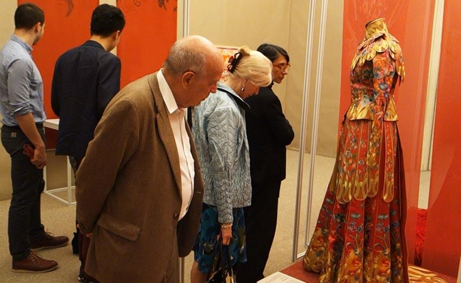 Visitors look at an embroidered dress at the Paris China Cultural Center on June 5, 2018.  (Photo provided to Chinaculture.org)