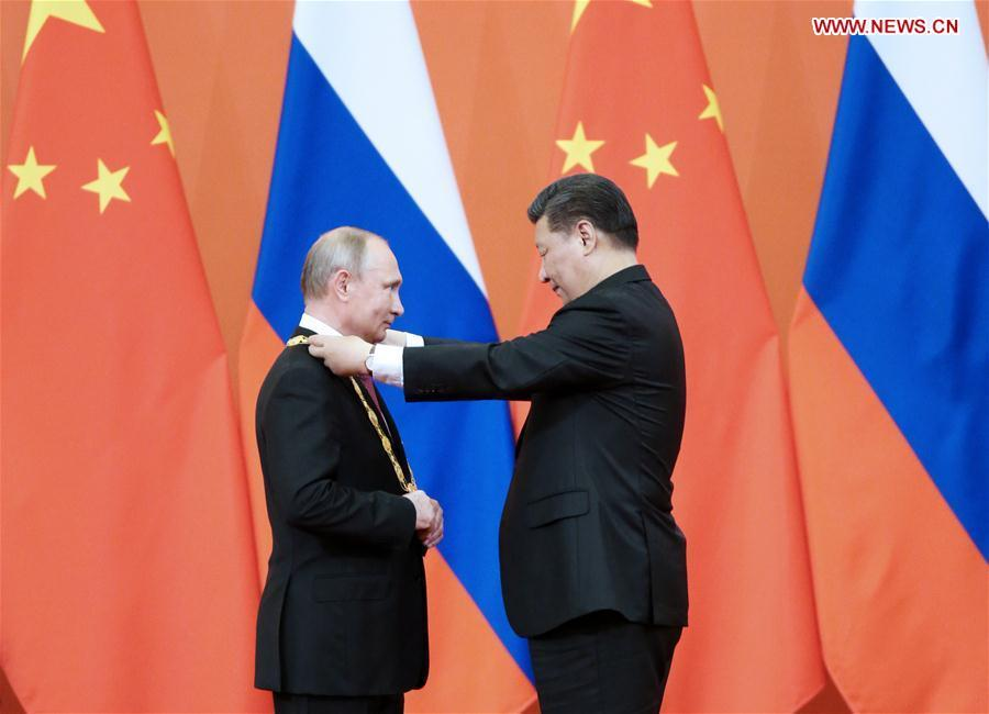 Chinese President Xi Jinping awards his Russian counterpart Vladimir Putin the first-ever Friendship Medal of the People\'s Republic of China at the Great Hall of the People in Beijing, capital of China, June 8, 2018. (Xinhua/Yao Dawei)