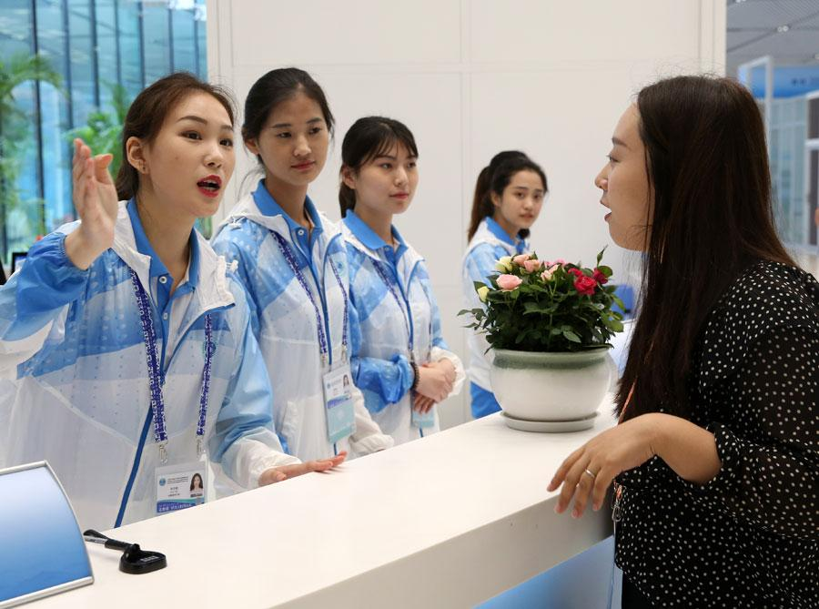 A journalist asks for information at the media center for the 18th Shanghai Cooperation Organization Summit in Qingdao, Shandong province, on Friday. [Photo by Feng Yongbin/China Daily]  Li Guangda, a volunteer at the 18th Shanghai Cooperation Organization Summit, said he has received many thumbs-up from foreign reporters for his professional and friendly assistance since he began serving at the information desk of the summit\'s media center.  \