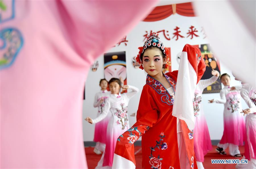 Students practice basic performing actions of Chinese drama at a primary school in Neiqiu County, north China\'s Hebei Province, June 8, 2018. The school introduced Chinese drama to student class to make it a way of inheriting traditional Chinese culture. (Xinhua/Zhu Xudong)
