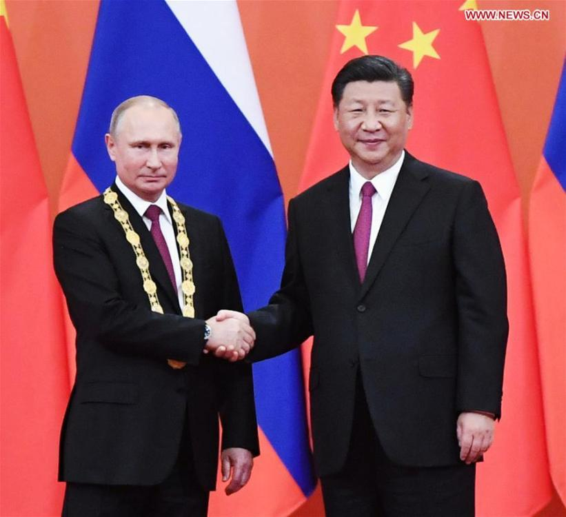 Chinese President Xi Jinping awards his Russian counterpart Vladimir Putin the first-ever Friendship Medal of the People\'s Republic of China at the Great Hall of the People in Beijing, capital of China, June 8, 2018. (Xinhua/Shen Hong)
