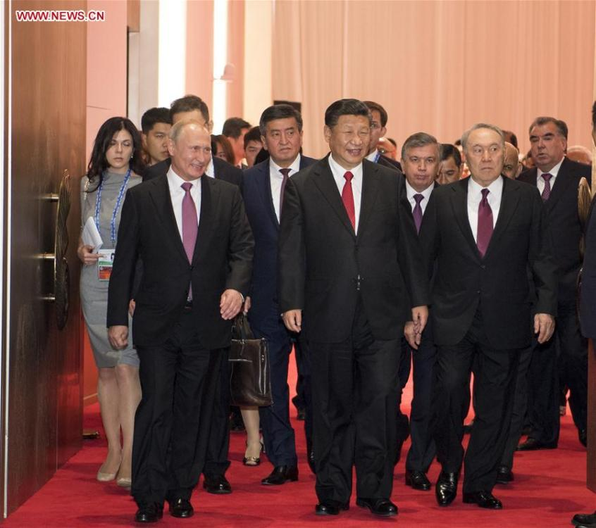 Chinese President Xi Jinping (C, front) and guests attending the 18th Shanghai Cooperation Organization (SCO) summit head for a banquet in Qingdao, east China\'s Shandong Province, June 9, 2018. (Xinhua/Li Xueren)