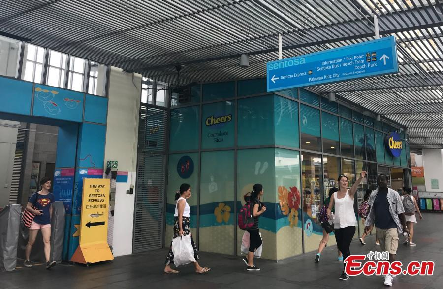 Tourists are seen on Sentosa Island, Singapore, June 10, 2018. (Photo: China News Service/Meng Xiangjun)