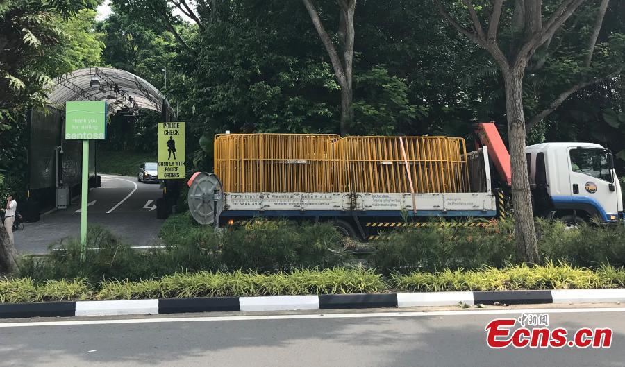 Workers erect a fence near the Capella Resort on Sentosa Island, Singapore, June 10, 2018. (Photo: China News Service/Meng Xiangjun)