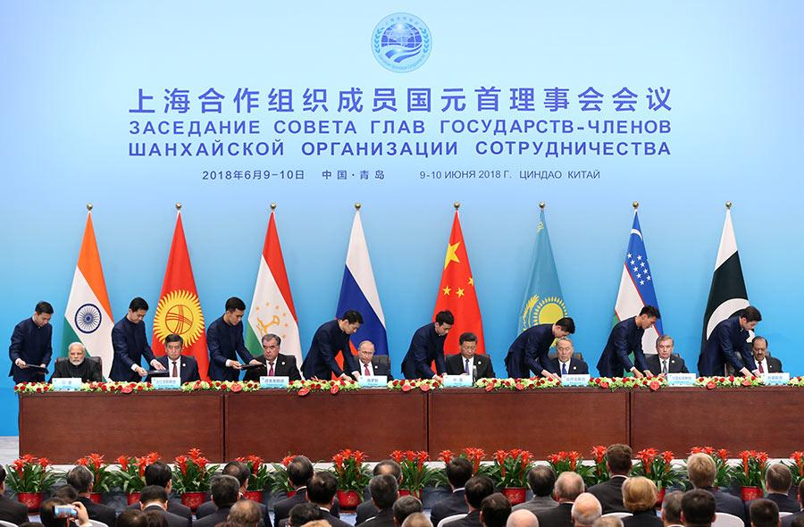 Leaders of SCO member states sign documents on Sunday. (Photo/China Daily)