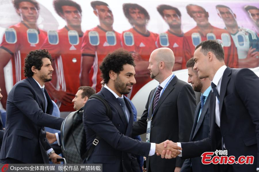 Egyptian national soccer team player and Liverpool\'s star striker Mohammed Salah arrives with the Egypt national soccer team at an airport outside Grozny, Russia, June 10, 2018 to compete in the 2018 World Cup in Russia. The Egyptians begin their campaign against Uruguay in Ekaterinburg on Friday. (Photo/Osports)