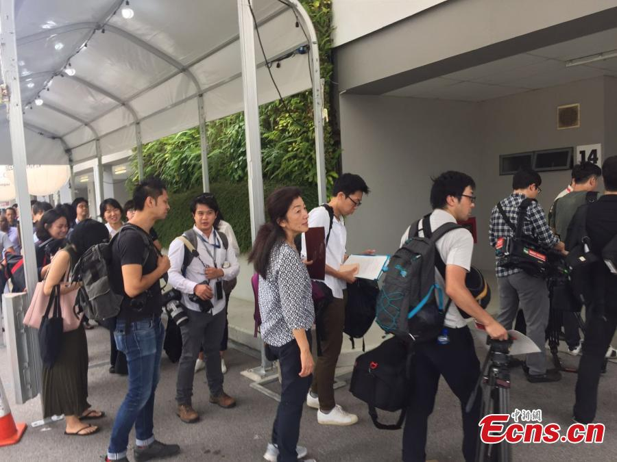 Reporters queue to enter the International Media Center for the DPRK-USA summit at F1 Pit Building in Singapore, June 10, 2018. (Photo: China News Service/Li Yang)
