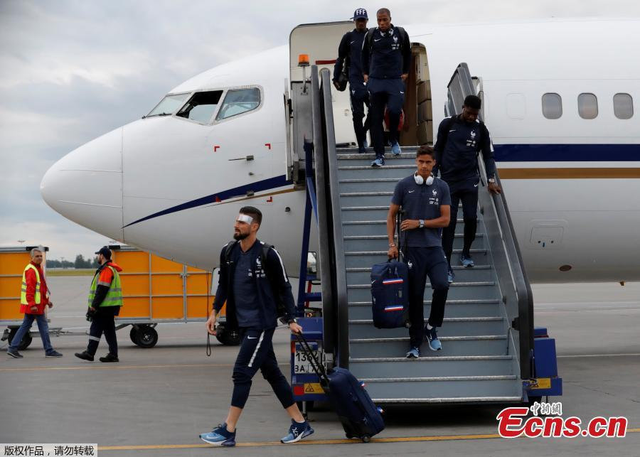 Olivier Giroud disembarks the plane as the France national soccer team arrive at the Sheremetyevo international airport, outside Moscow, Russia, June 10, 2018 to compete in the 2018 World Cup in Russia. (Photo/Agencies)
