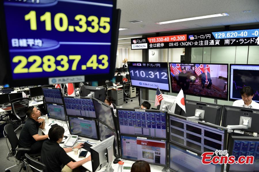 Employees of a foreign exchange trading company work near monitors showing TV program on a summit between U.S. President Donald Trump and the Democratic People\'s Republic of Korea (DPRK) leader Kim Jong Un, in Tokyo, Japan, June 12, 2018. (Photo/Agencies)