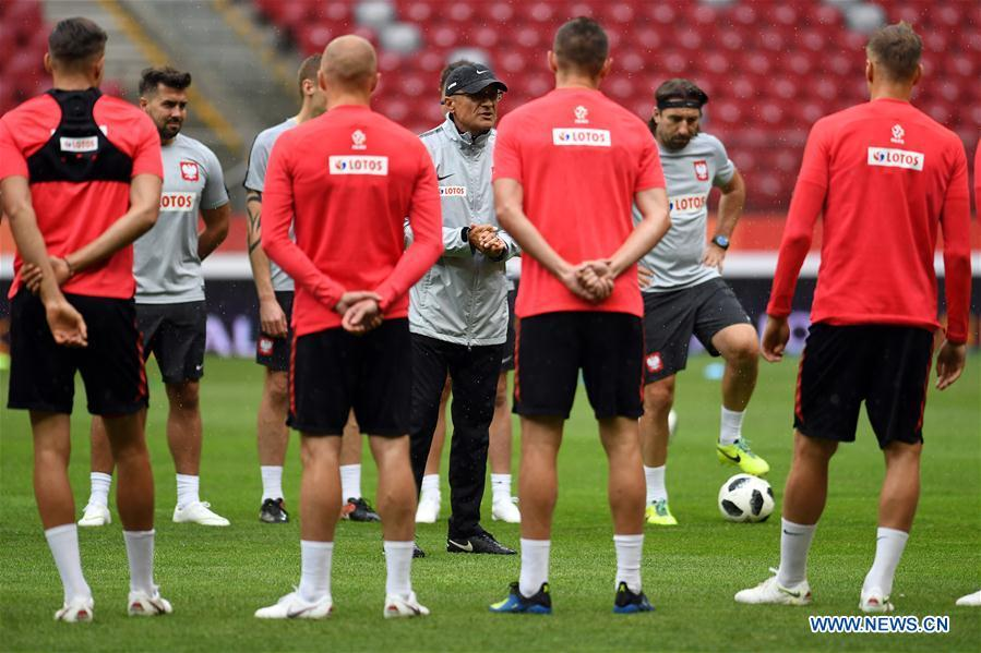Adam Nawalka (C), head coach of Poland, talks to the players during a training session ahead of the 2018 Russia World Cup, in Warsaw, Poland, on June 11, 2018. (Xinhua/Maciej Gillert)