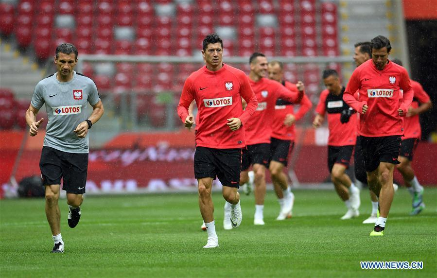 Poland\'s Robert Lewandowski (2nd L) attends a training session ahead of the 2018 Russia World Cup, in Warsaw, Poland, on June 11, 2018. (Xinhua/Maciej Gillert)