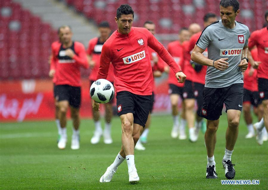 Poland\'s Robert Lewandowski (L Front) attends a training session ahead of the 2018 Russia World Cup, in Warsaw, Poland, on June 11, 2018. (Xinhua/Maciej Gillert)