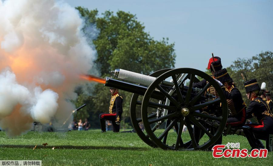 Photo taken on June 11, 2018 shows the King's Troop Royal Horse Artillery fired a 41-gun salute in Hyde Park, London, to mark Prince Philip\'s 97th birthday. (Photo/Agencies)