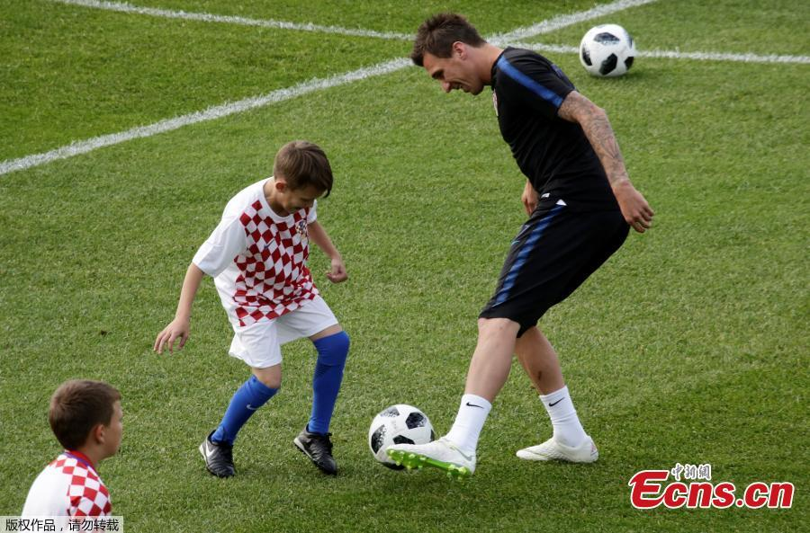 Mario Mandžukić of the Croatia national team plays with children during a training in St. Petersburg, Russia, ahead of the 2018 World Cup. (Photo/Agencies)