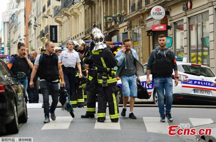 Photo taken on June 12, 2018 shows French police and firemen secure the street as a man has taken people hostage at a business in Paris, France. Police rescued two hostages and arrested a man in central Paris after he demanded to be put in touch with the Iranian Embassy to deliver a message to the French government, authorities said. (Photo: China News Service/Long Jianwu)