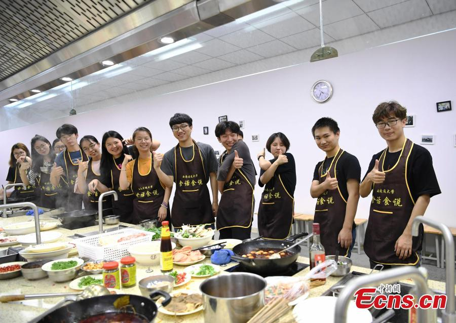 Students learn to cook classical dishes in an elective course at a university in Chengdu City, the capital of Southwest China's Sichuan Province, June 12, 2018. The two-credit course was supervised by a master chief. (Photo: China News Service/An Yuan)