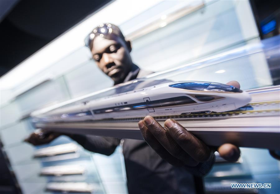 A railway executive from Ghana watches a model of Fuxing bullet train at a training base for high-speed railway staff in Wuhan, central China\'s Hubei Province, June 12, 2018. Altogether 63 railway executives from 13 countries including Thailand, Sri Lanka and Laos visited the training base Tuesday. (Xinhua/Xiao Yijiu)