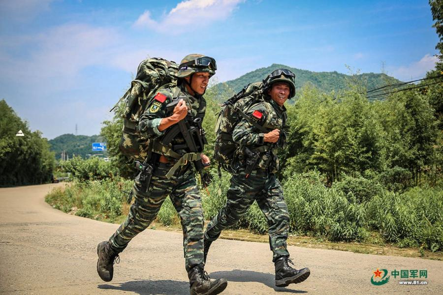 Two soldiers run along a country road during the week-long rigorous training starting from June 11, 2018. (Photo/81.cn)