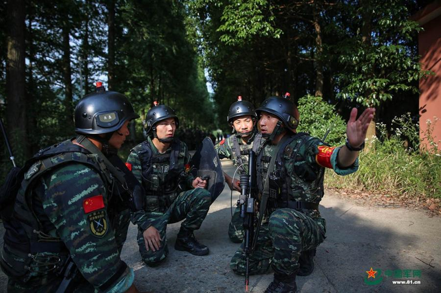 A group of soldiers discuss their plan before entering the mission area during the week-long rigorous training starting from June 11, 2018. (Photo/81.cn)